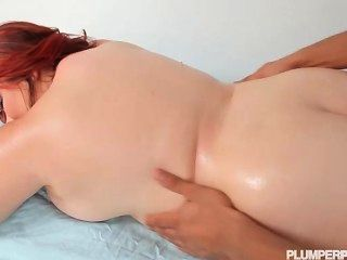 грудастая рыжая молодой толстушки Харли апп трахает большой черный петух