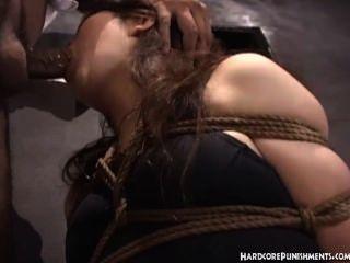 Японки дает минет в то время как связали веревкой