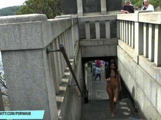 тонкий молодой Martina показывает свое сексуальное тело в общественных местах