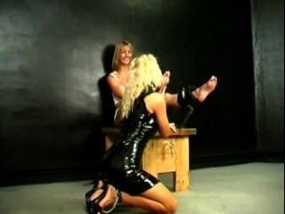 перевязанные першение Lickle ноги