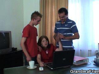 горячая бабушка втроем в офисе