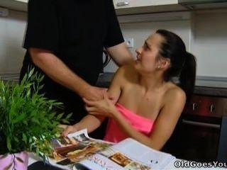 старый идет молодой - лора и ее человек на кухне