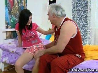 старый идет молодой - Алены и ее мужчина вместе в постели