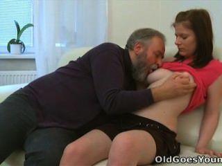 старый идет молодой - мария позволяет старый парень трахнул ее