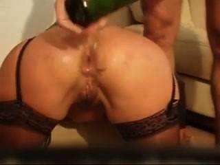 сумасшедший анальный фистинг с рукой и бутылкой вина, и он Дрочит в ее задницу