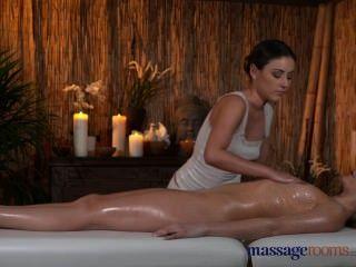комнаты для массажа сексуальная блондинка ее киска заполнены с масляными пальцами лесбийских