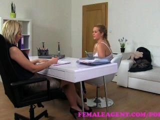 женщина агент. естественный грудастой соблазнительная блондинка любит лесби кастинг