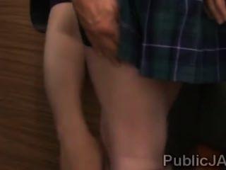 роговой мужчины сделали красивый молодой сосать грязные петухи в общественных местах