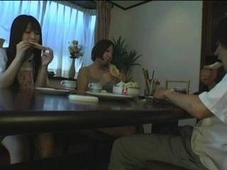 Японский под столом Footjob