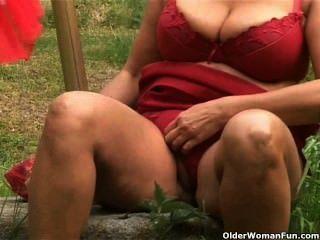 коренастый зрелая домохозяйка с большими сиськами мастурбирует на открытом воздухе
