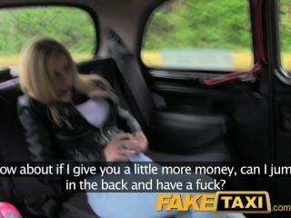Faketaxi молодая блондинка с большими сиськами в такси Creampie