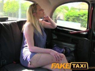 Faketaxi блондинка с большими натуральными сиськами делает дополнительные наличные деньги