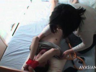 секси азиатка молодой дразнить привязи друга
