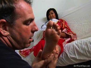 поклоняясь азиатские девушки маленькие ноги