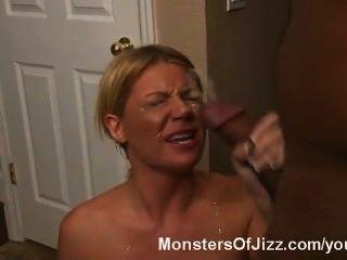 мамаша удивлён по Foutain спермы на большой черный петух!