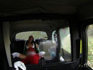 брюнетка киска лизали и трахал Санта в такси
