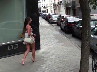 Жюли Skyhigh Бельгийский шлюха эксгибиционист шлюха показывает ее киска на улице