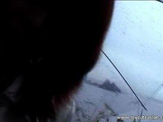 симпатичный азиатских молодой получает пальцем трахал на открытом воздухе