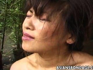 японский молодой связали и униженным в традиционной одежде